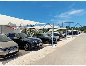 parcheggio addossato auto coperto da vele ombreggianti